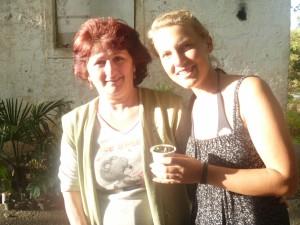 Eine Frau und ich mit einem Pflanzensprössling in der Hand