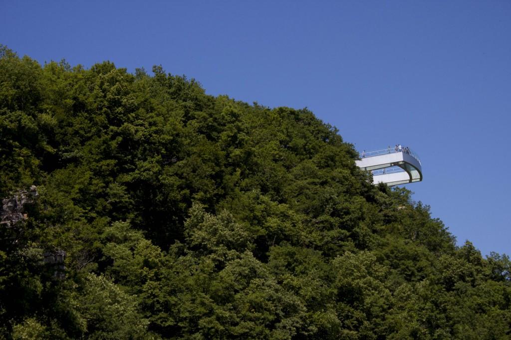 Ein gläserner Aussichtspunkt im Sataplia Nationalpark.