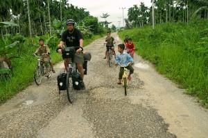 Mit dem Fahrrad durch Sumatra Teil 2: Barfuß durch Matsch und Ziegenmist