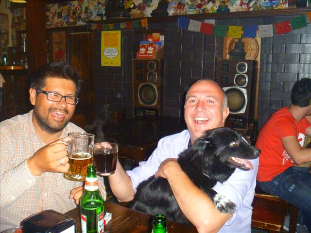 Roberto, Robin and his dog Molly are enjoying a quiet evening in a pub. But then Robin has the night's best idea: Beer Pong!