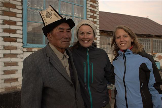 Mit unserer Mitfahrerin Chrissie und dem Besitzer der Pension in Sary Tash