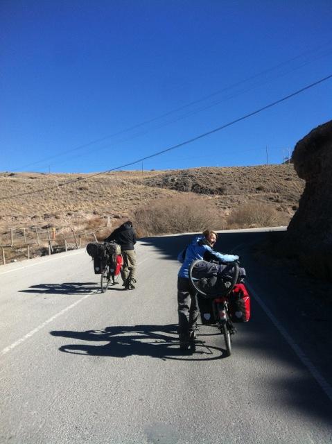 Kurzer Radelspaß zwischen zwei Grenzposten. Wir laufen mit unseren Freunden Mark und Chrissie