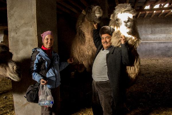 Astrid und ich bekommen spontan eine VIP Tour durch die Stallungen neben dem Tierbazaar. Der Besitzer liebt es mit seinen Kamelen zu kuscheln.