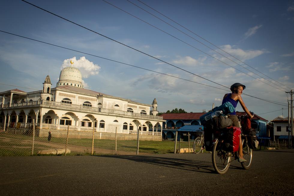 Pasando por un pueblo Musulman en Camboya