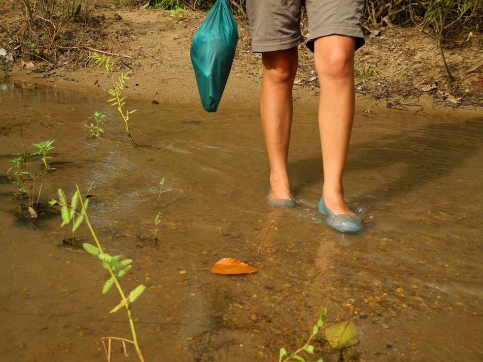 Der Mekong mal ganz klein.  Annika watet hindurch.