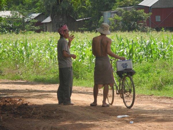 Oben ohne und unten im Rock. Das ist kambodschanische Mode