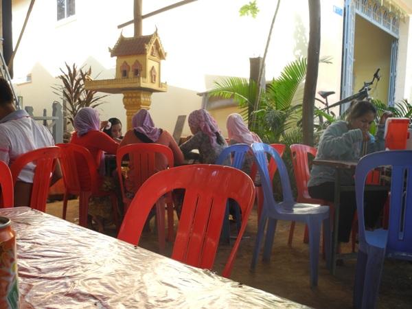 Ein Taoist und eine Katholikin zwischen Muslimen in einem Buddhistischen Café