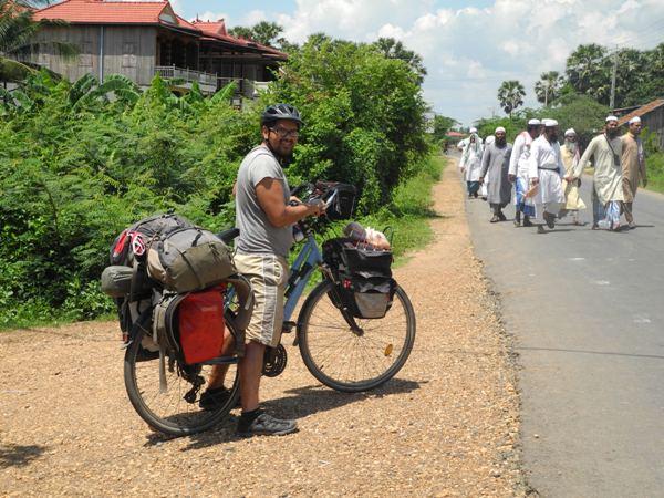 Muslimische Kambodschaner auf dem Weg zur Moschee