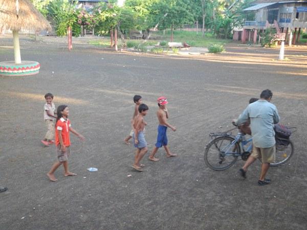 Roberto spielt mit den Kindern in der Anlage des Tempels