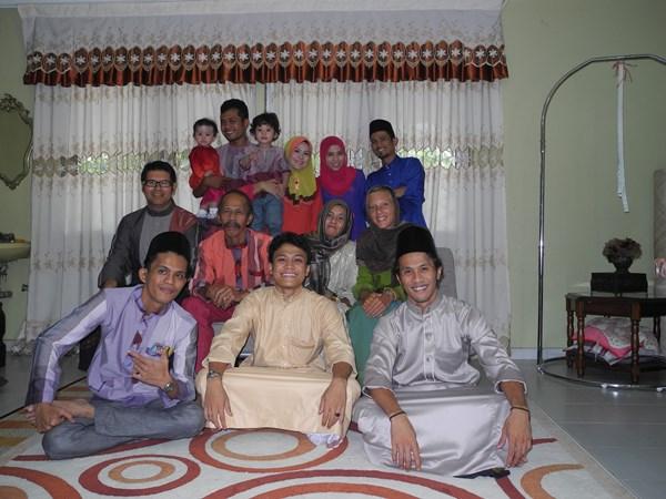 Die ganze Familie macht sich fürs Zuckerfest in Malaysia heraus