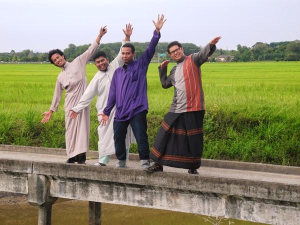 Erstmal wird der Sarong Probe getragen