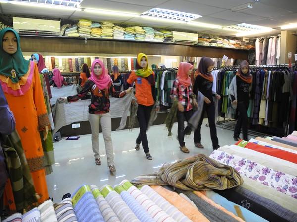 Model training in the Busana Azzahra shop