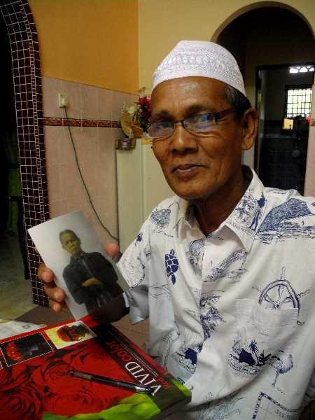 Wir zeigen Zainal Abidin die Fotos von zu Hause und spontan gibt er uns zum Abschied ein Foto von sich mit. Das steckt nun in unserem Fotoalbum.