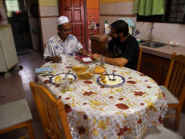 Zum Frühstück lädt Zainal Abidin uns sogar ins Haus ein