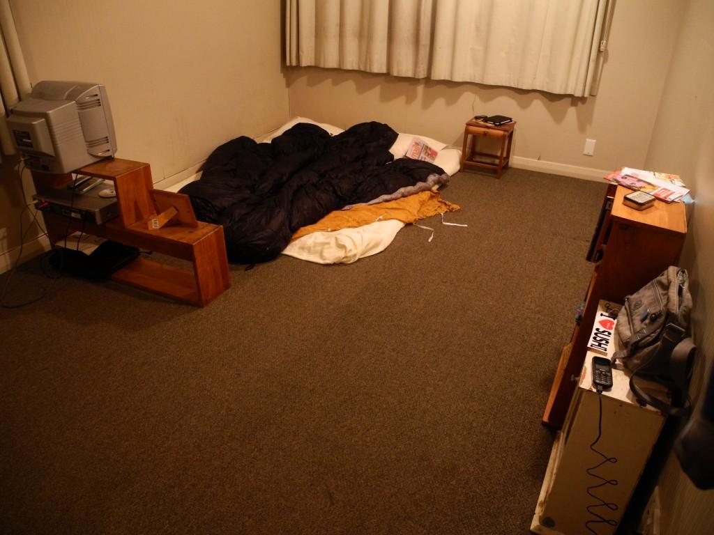 Unser provisorisches Zimmerchen hat vier Wände und ein Dach. Wir fühlen uns pudelwohl.