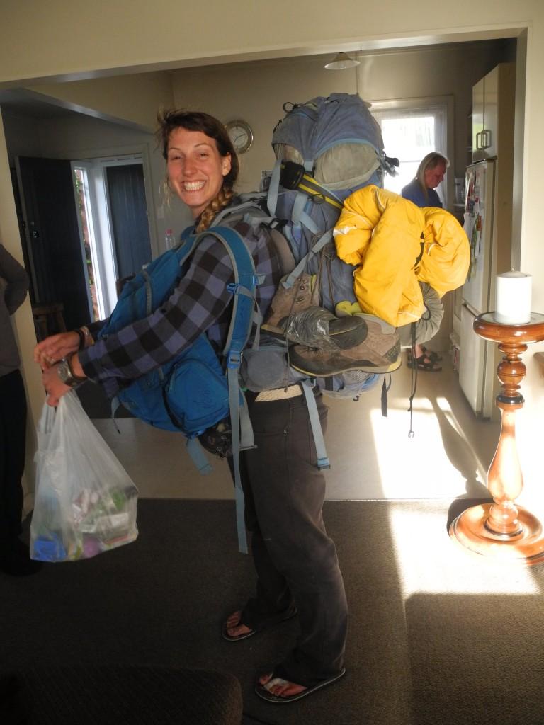 Caro reist mit einem riesigen Rucksack durch Neuseeland