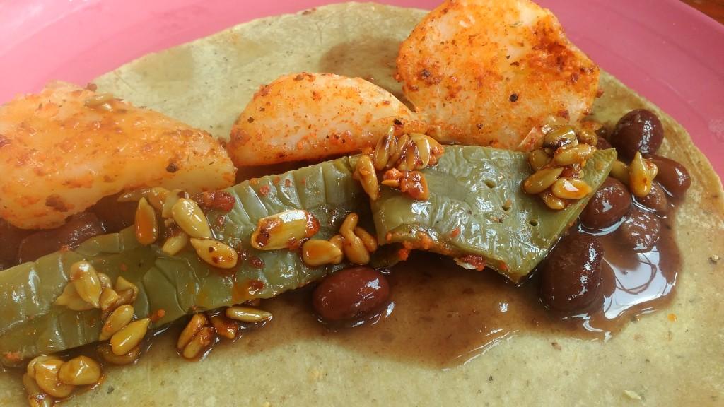 Huhn, Nopal, schwarze Bohnen und Sonnenblumenkernsalsa