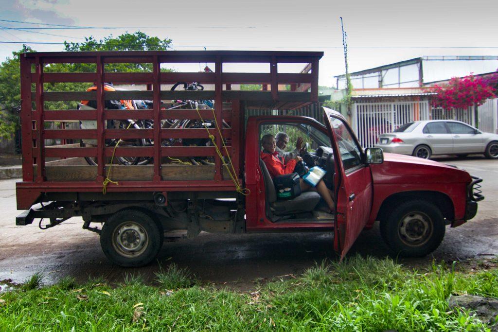Alex nos lleva a su casa en su camioneta.