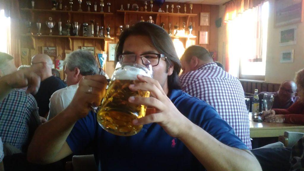 Roberto trinkt eine Maß Bier.