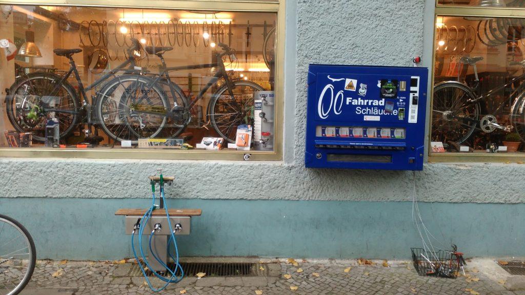 Fahrradschläuche aus dem Automaten und öffentliche Luftpumpen auch außerhalb der Öffnungszeiten. In Deutschland ist das ganz normal. Bike tube vending machine in Germany