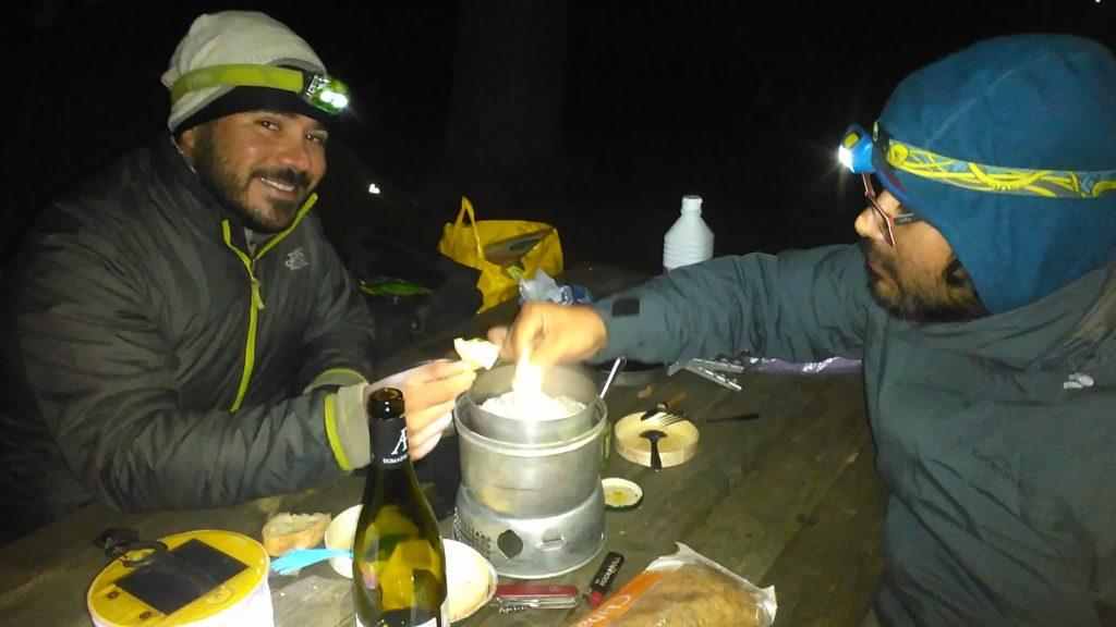 Camping Festmahl mit Camenbert und Quiche