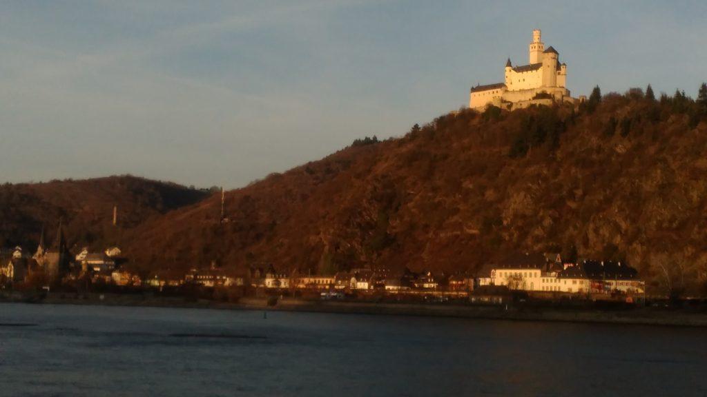 Die Marksburg am anderen Rheinufer