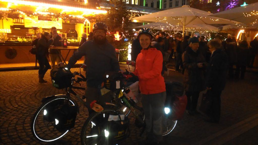 Annika und Roberto auf dem Weihnachtsmarkt in Köln