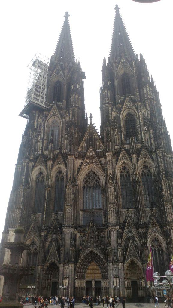 Der Kölner Dom ist weltweit eine der größten Kathedralen im gotischen Baustil